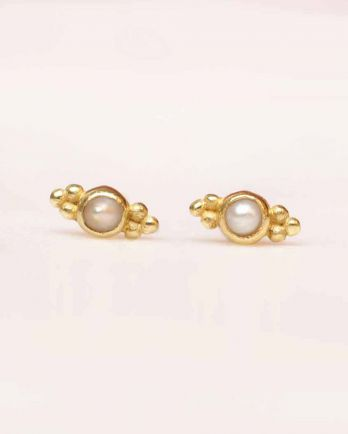 C- earring stud 2mm etnic pearl gold plated