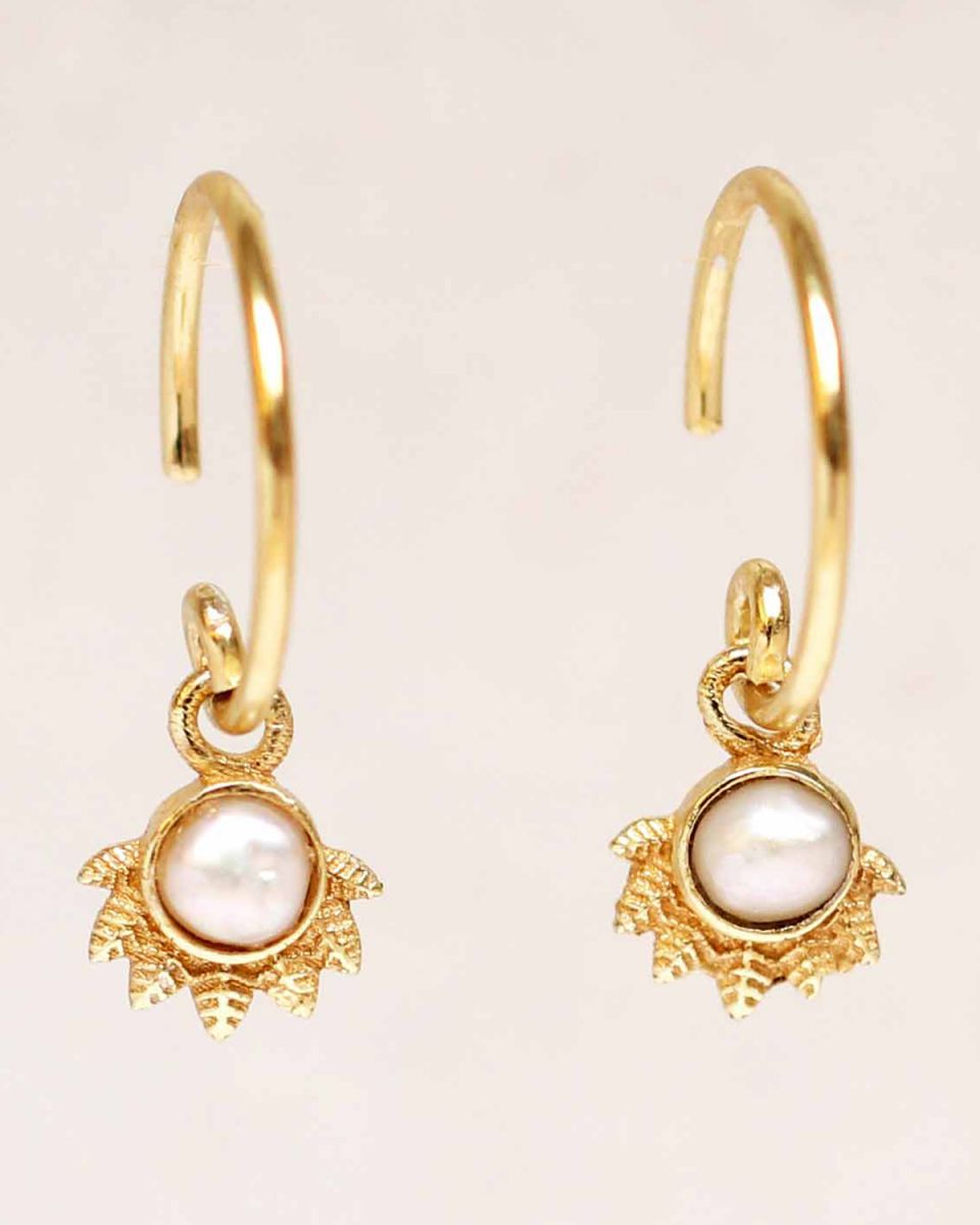 e earring hanging white pearl dot with crown gold plated