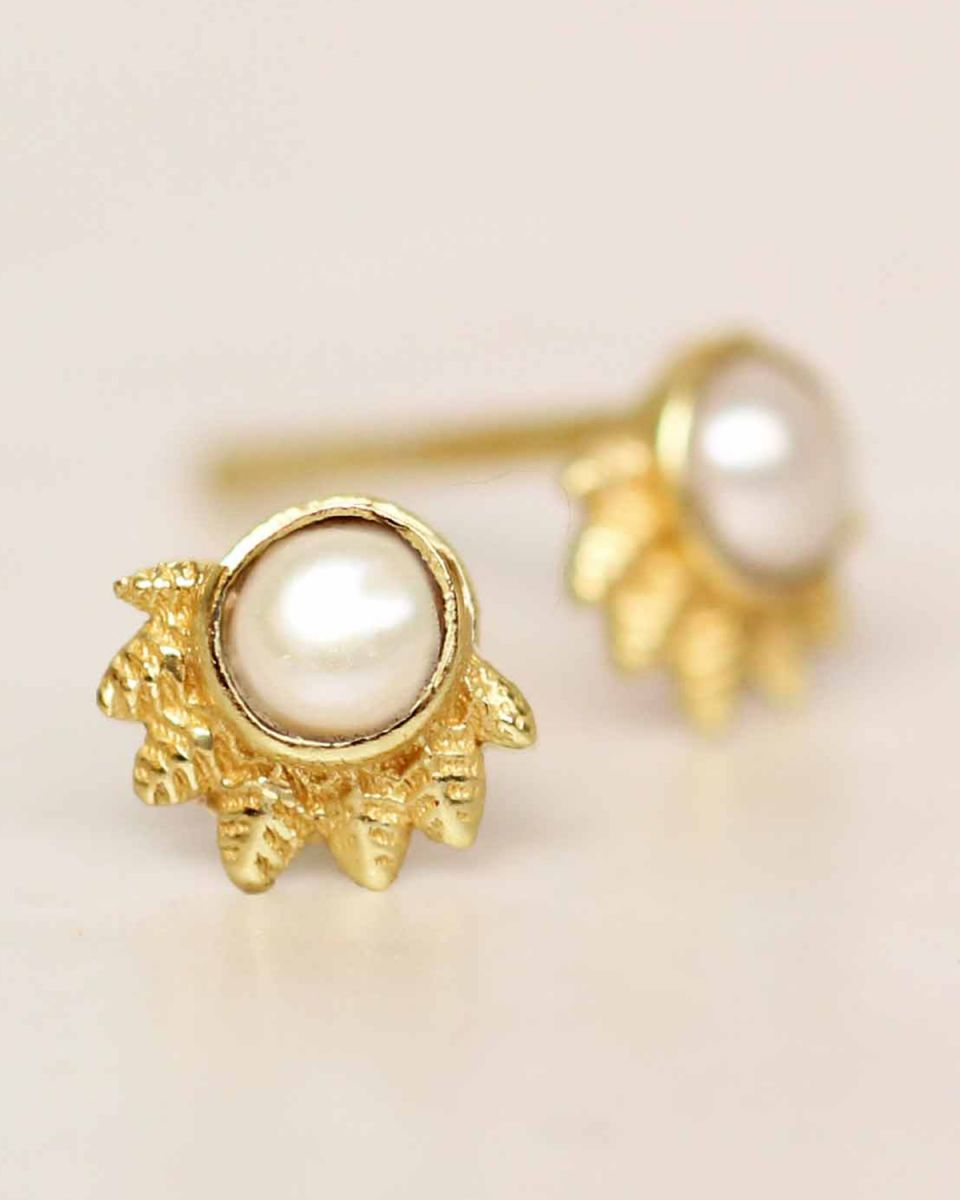 e earring white pearl dot with crown gold plated