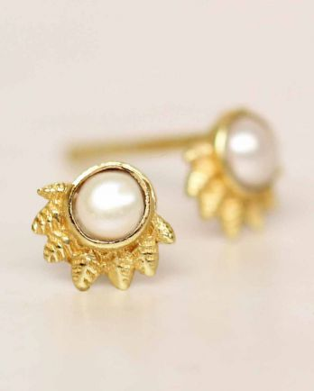 E- earring white pearl dot with crown gold plated