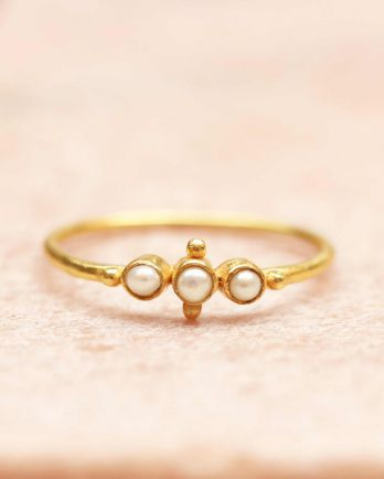 E- ring size 54 three pearls and small ball gold plated