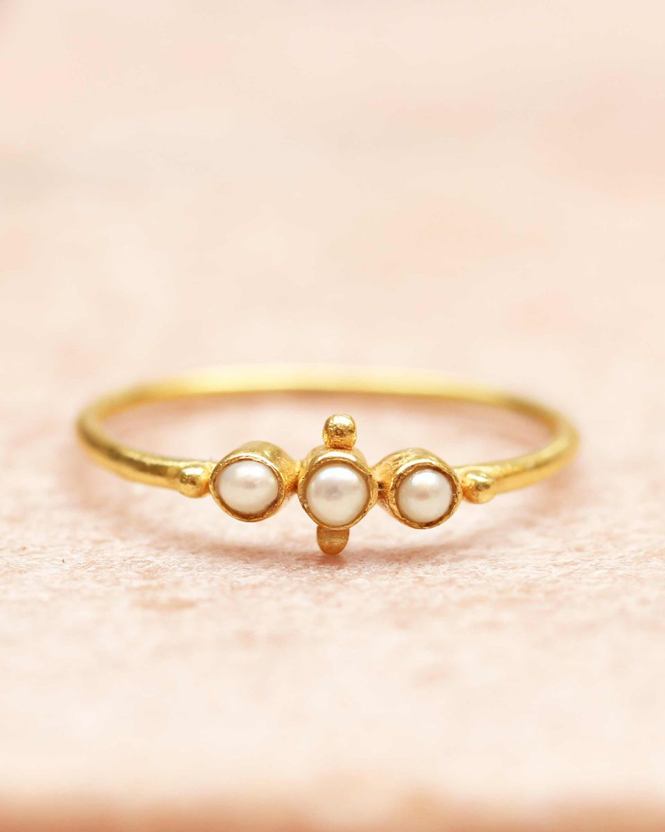 e ring size 54 three pearls and small ball gold plated