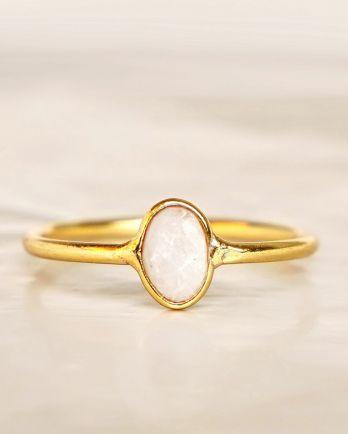E - Ring size 54 white moonstone vertical gold pl.