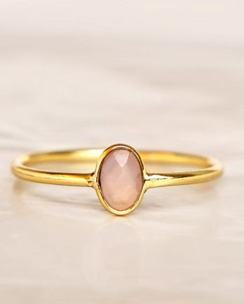 E - Ring size 56 peach moonstone vertical gold pl.