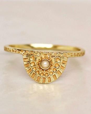 https://www.mujajuma.com/nl/e-ring-size-52-white-pearl-half-cirkel-gold-plated/a7286?c=3490&m=12621