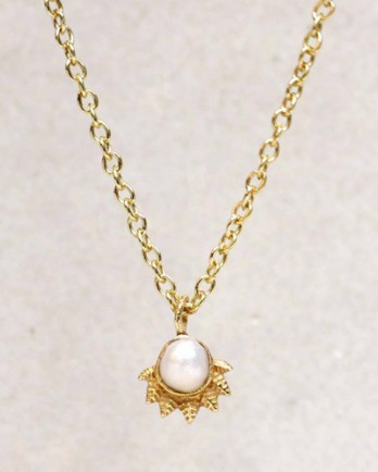 https://www.mujajuma.com/nl/h-collier-white-pearl-dot-with-crown-gold-plated-55cm/a9909?search=pearl&m=12883