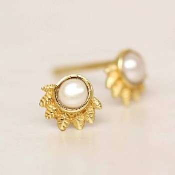 https://www.mujajuma.com/nl/e-earring-white-pearl-dot-with-crown-gold-plated/a12308?search=pearl