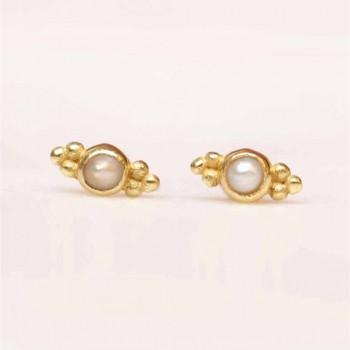 https://www.mujajuma.com/nl/c-earring-stud-2mm-etnic-pearl-gold-plated/a9109?search=pearl&m=12747