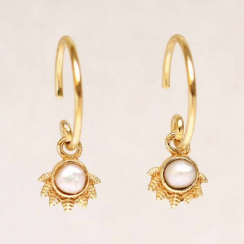 https://www.mujajuma.com/nl/e-earring-hanging-white-pearl-dot-with-crown-gold-plated/a3898?search=pearl&m=13014