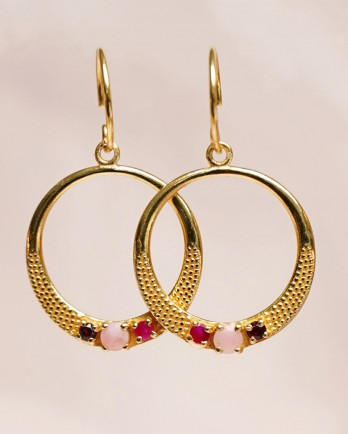https://www.mujajuma.com/de/m-earring-ruby-p-moonst-garnet-full-moon-gold-plated/a13827?c=3491&m=13848